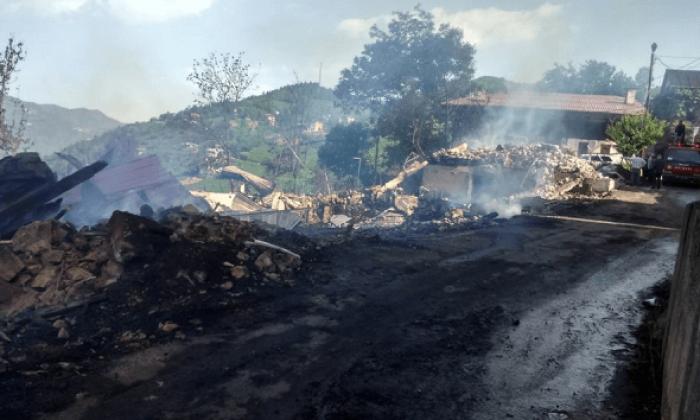 Dernekpazarı Akköse'de büyük yangın 3 ev tamamen kül oldu