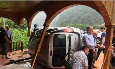 Arap turistleri taşıyan araç takla attı