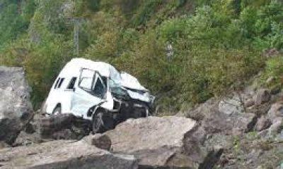 Çaykara'da aracın üzerine düşen kaya iki can aldı