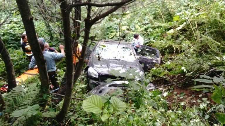 Aymeydanı'nda otomobil şarampole yuvarlandı 10