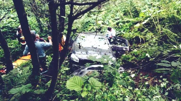 Aymeydanı'nda otomobil şarampole yuvarlandı 2
