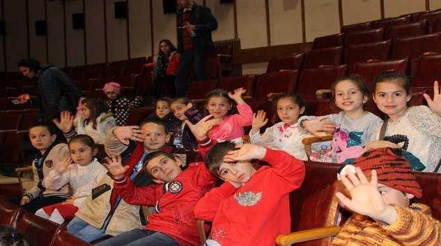 Taşkıran'lı Minik Öğrencilere Tiyatro Keyfi.. 17
