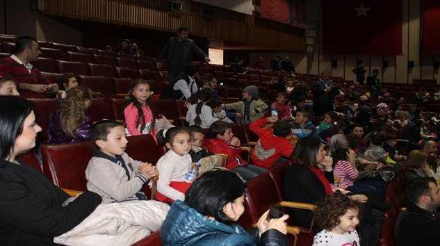 Taşkıran'lı Minik Öğrencilere Tiyatro Keyfi.. 12