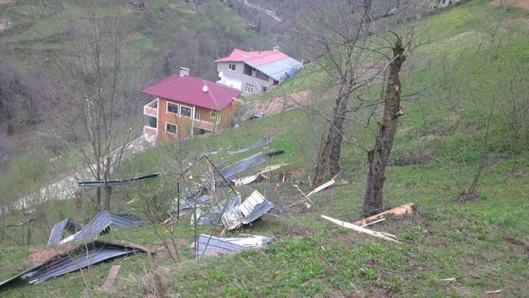 Çaykara'da Fırtına: Çatılar uçtu! 2