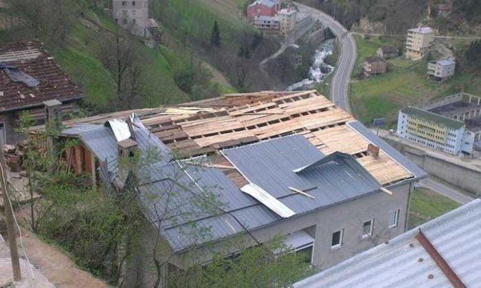 Çaykara'da Fırtına: Çatılar uçtu!