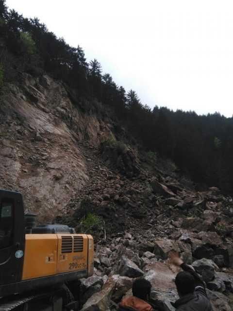 Dev kaya kütlesi üç mahallenin yolunu kapadı 4