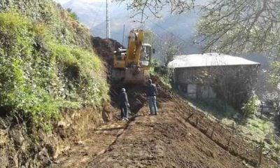 Yeşilalan mahallesinde yıkılan  duvar Belediyenin katkısıyla yapılıyor