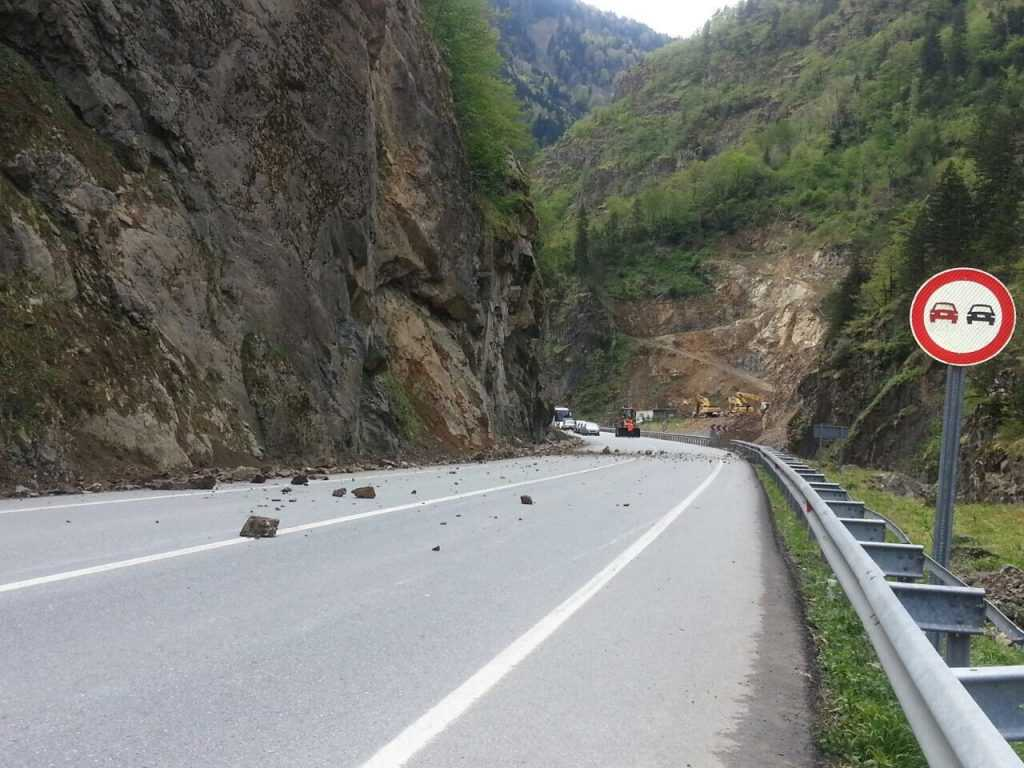 Uzungöl yolunda kayalara önlem alınıyor 2