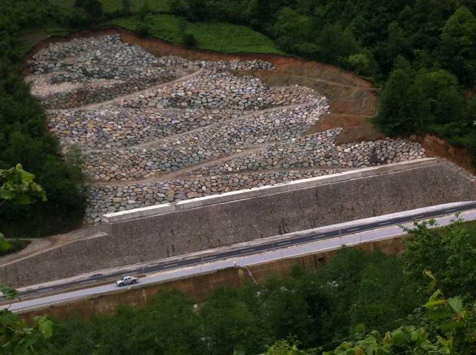 Çaykara-Of yolundaki heyelanlı alana dev duvar yapıldı 1