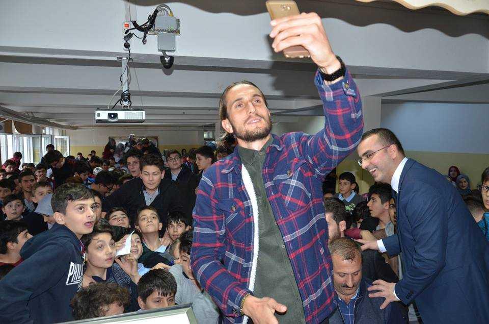 Milli futbolcu Yusuf Yazıcı Çaykara'da öğrencilerle buluştu 9