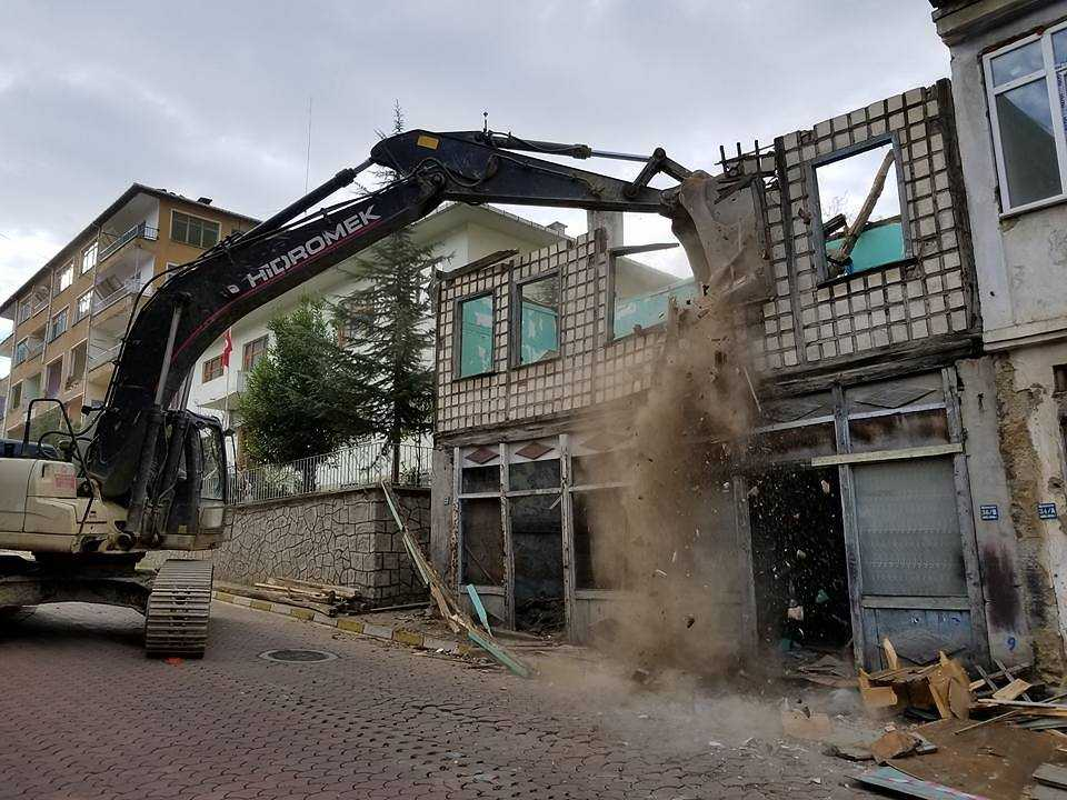 Çaykara'da kentsel dönüşüm için yıkımlar başladı 1