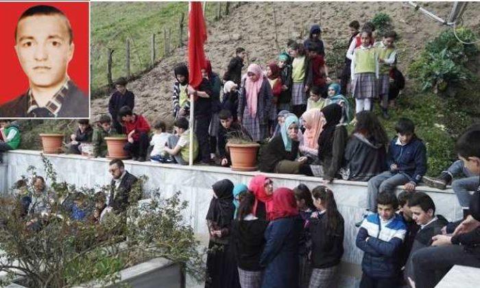 Öğrenciler Şehit Jandarma Komanda Er İhsan Mutlu'nun kabrini ziyaret ettiler, Kur'an'ı Kerim okudular