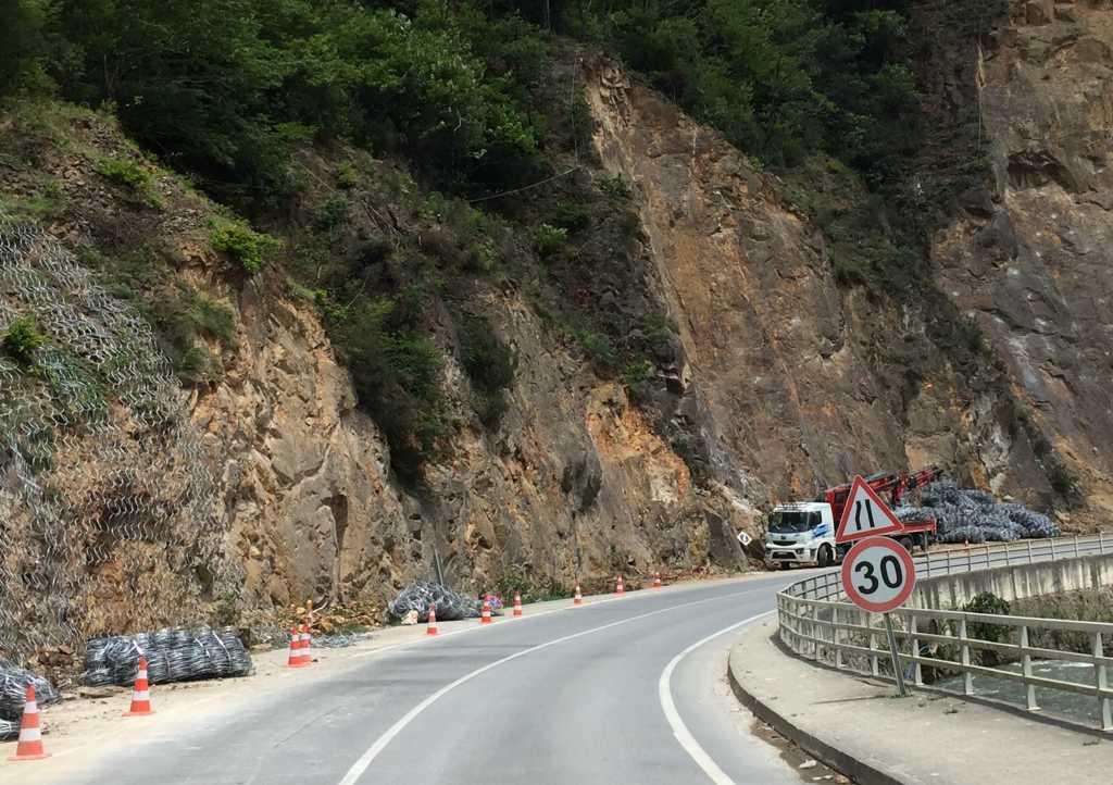 Kayalıklara kafesli önlem... 2