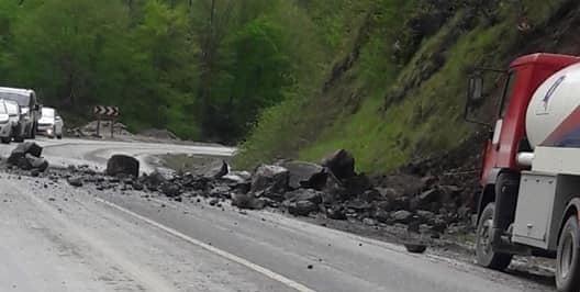 Çaykara Dernekpazarı yolunda hasarlı kaza 2