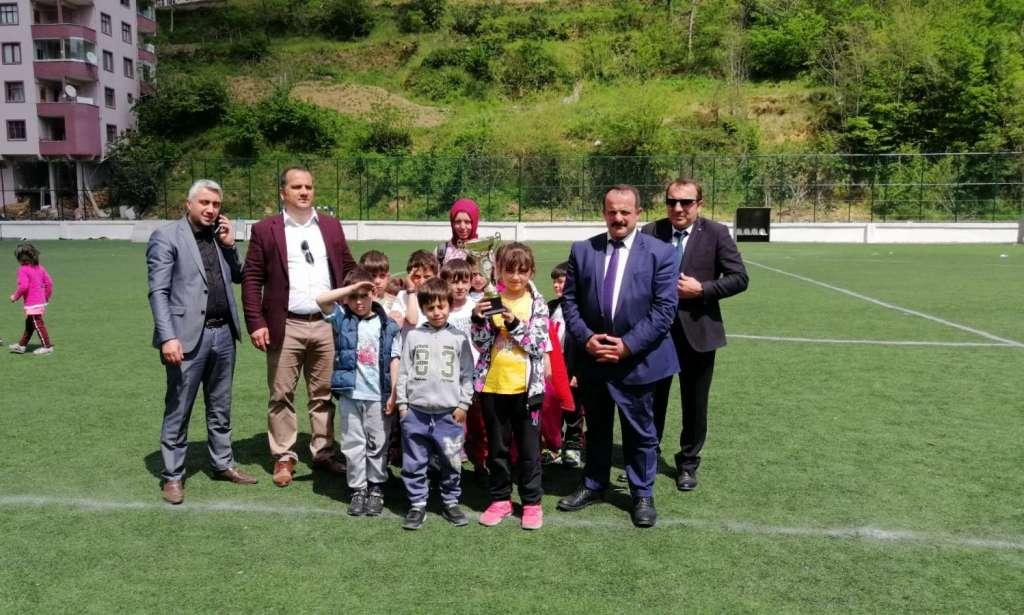 Çaykara'da geleneksel hale gelen Çocuk oyunları şenliği yapıldı. 3