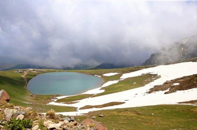 Çaykara'da dumanlı dağlar arasındaki göller büyülüyor 3