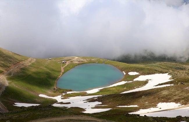 Çaykara'da dumanlı dağlar arasındaki göller büyülüyor 6