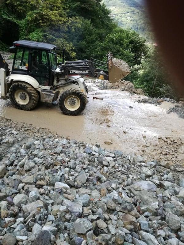 Çaykara'da şiddetli yağan yağmur heyelan ve sele sebep oldu 1
