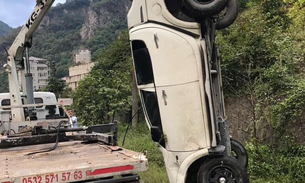 Dernekpazarı Çaykara yolunda trafik kazası 6