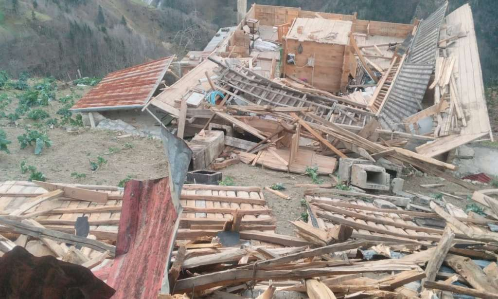 Çaykara'da fırtına çatıları uçurdu 1
