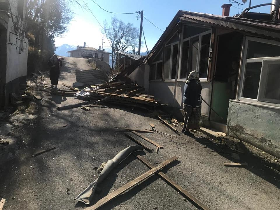 Çaykara'da şiddetli rüzgar çatıları uçurdu 1