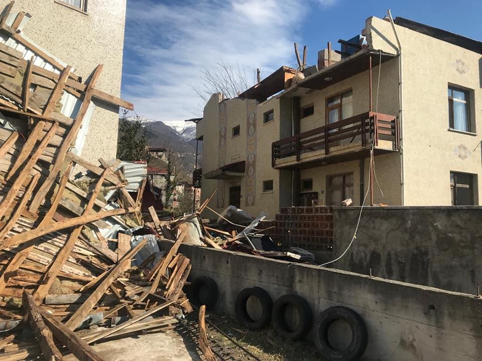 Çaykara'da şiddetli rüzgar çatıları uçurdu 2