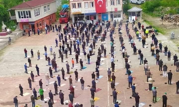 Çaykara'da sosyal mesafeli Cuma namazı