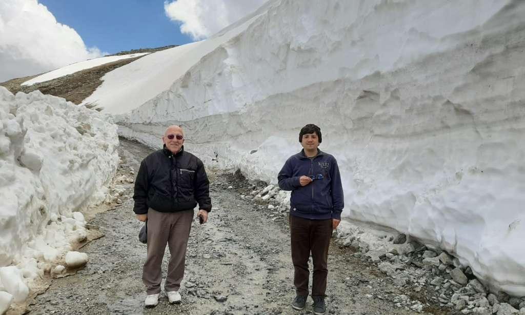 Çaykara Demirkapı bağlantılı Bayburt yolu kardan temizlendi. 2