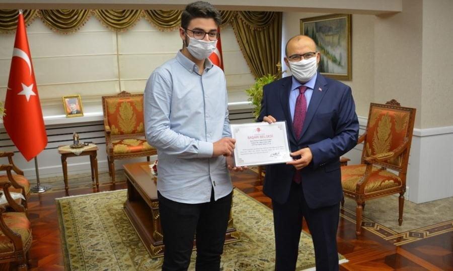 YKS Şampiyonları ödüllerini Trabzon Valisi Ustaoğlu'ndan 1