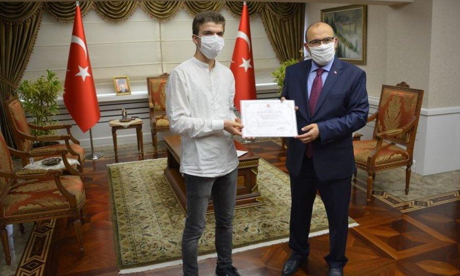 YKS Şampiyonları ödüllerini Trabzon Valisi Ustaoğlu'ndan 2