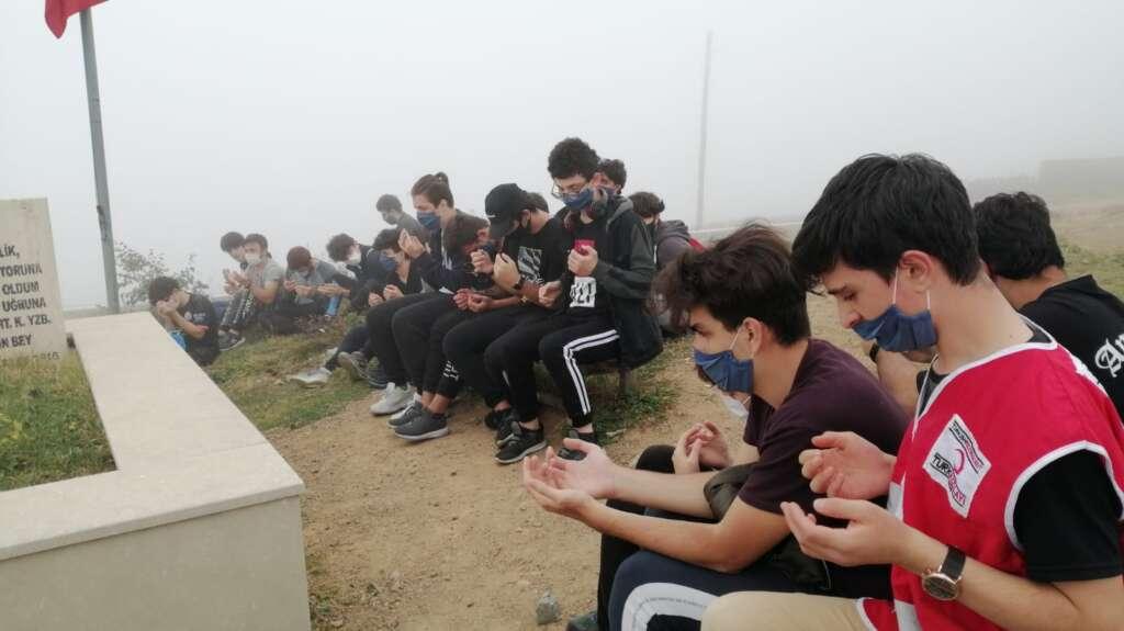 Çaykaralı Öğrenciler Sultanmurat şehitliğine dua ettiler.