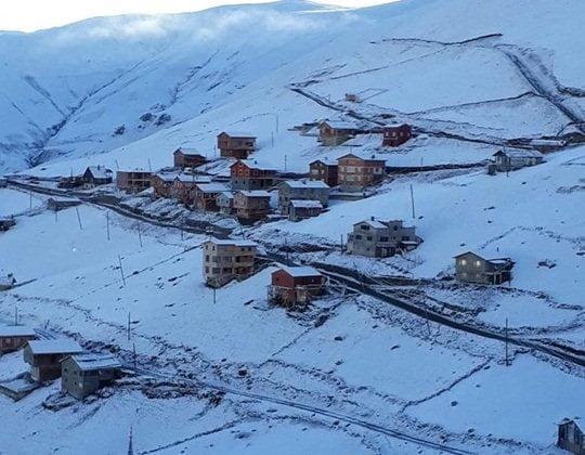 Çaykara'nın Yaylalarına yılın ilk karı yağdı 3