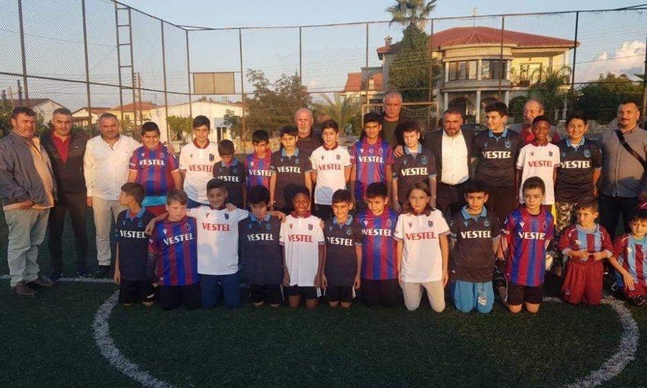 Kıbrıs'ta Çaykaralı Başkan 300 Çocuğa Trabzonspor forması verdi