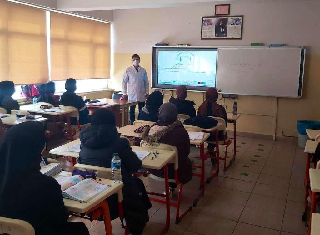 Üniversiteye atandı Çaykara'daki öğrencilerini bırakmadı!
