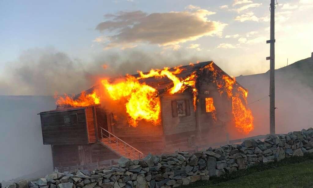 Şekersu Yaylasında bir yayla evi tamamen yandı 1