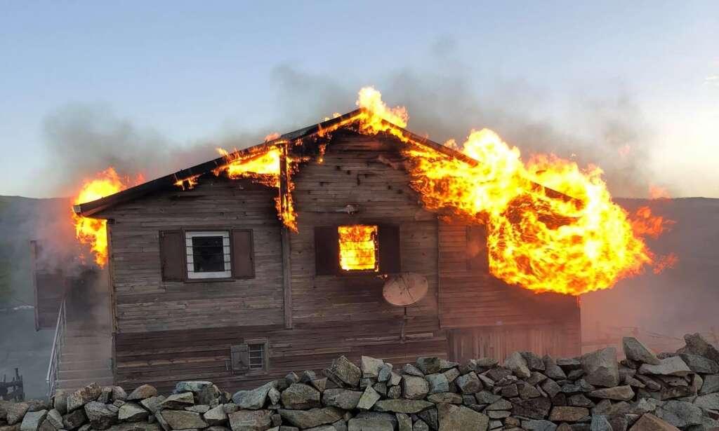 Şekersu Yaylasında bir yayla evi tamamen yandı
