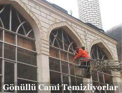 Gönüllüler Cami Temizliyor