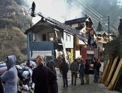 Ataköy'de Yangın: Bir Evin Çatısı Yandı 1