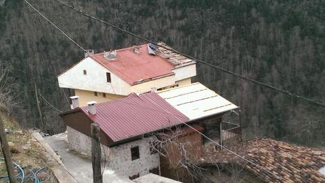 Çaykarada Şiddetli Rüzgar Çatıları Uçurdu 9